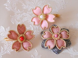 「思川桜」で染めた結城紬を使ったブローチ