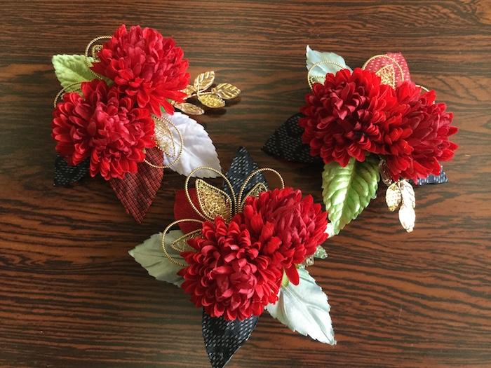 赤いポンポン菊のコサージュ