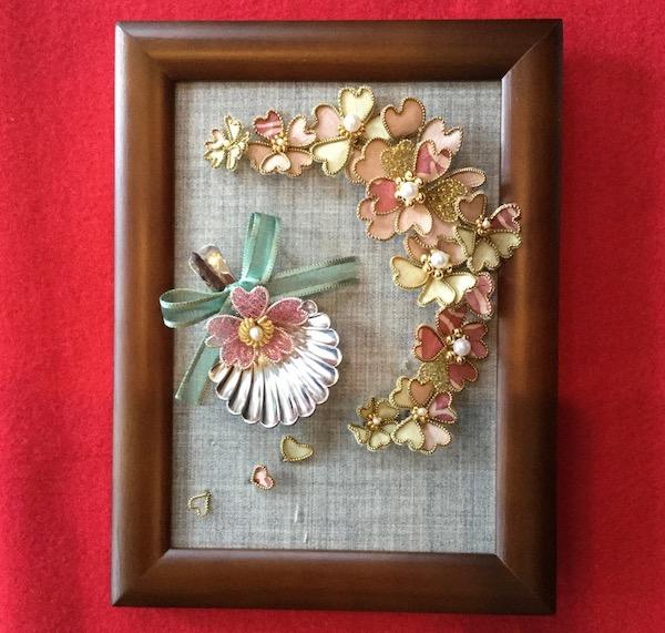 桜の額飾りとティースプーン